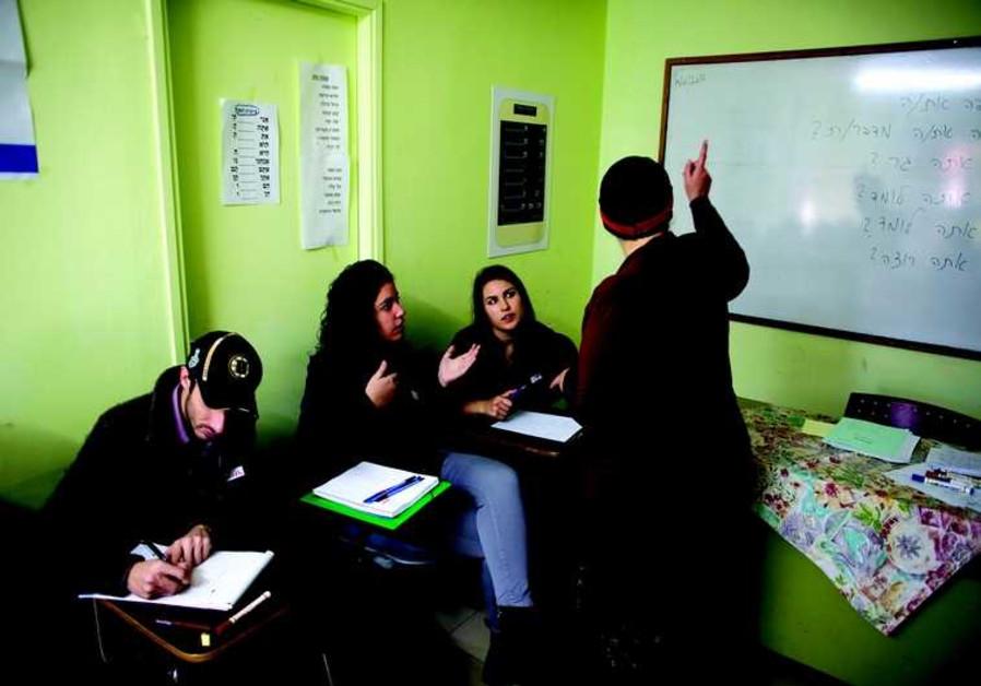 Des olim fraîchement débarqués de France étudient l'hébreu à l'Oulpan Etzion