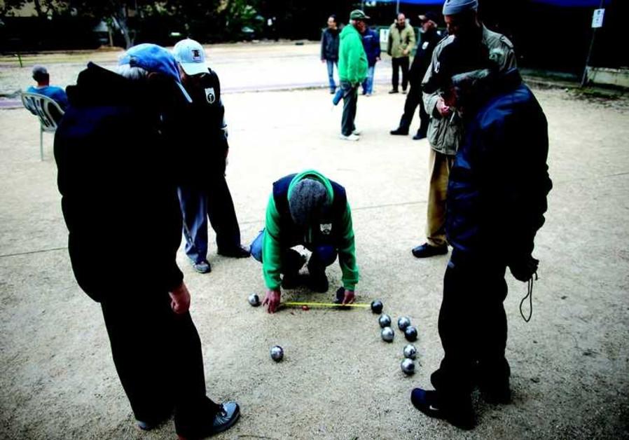 Des membres de la communauté française jouent à la pétanque dans un club de Natanya
