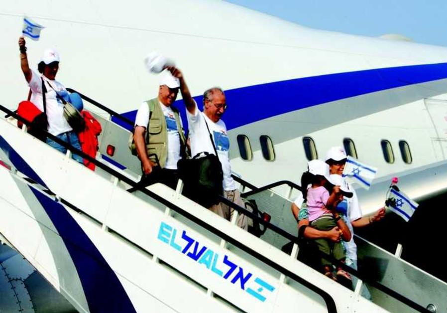 Des nouveaux immigrants descendent de l'avion à l'aéroport Ben Gourion