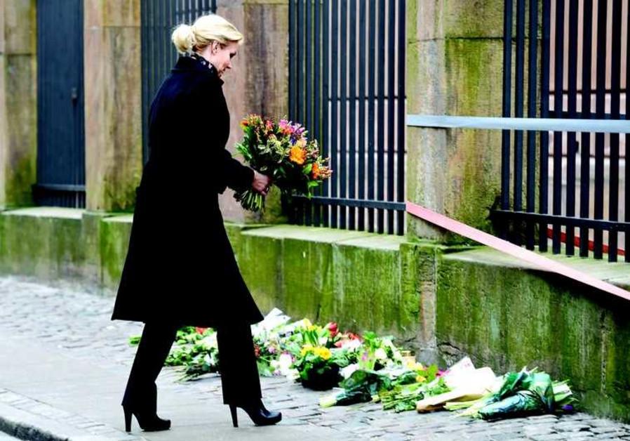 La Première ministre danoise Helle Thorning-Schmidt dépose des fleurs devant la synagogue Krystalgad