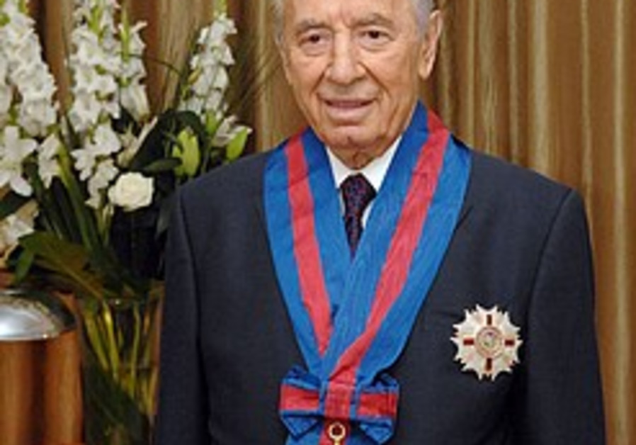 Peres receives honorary knighthood