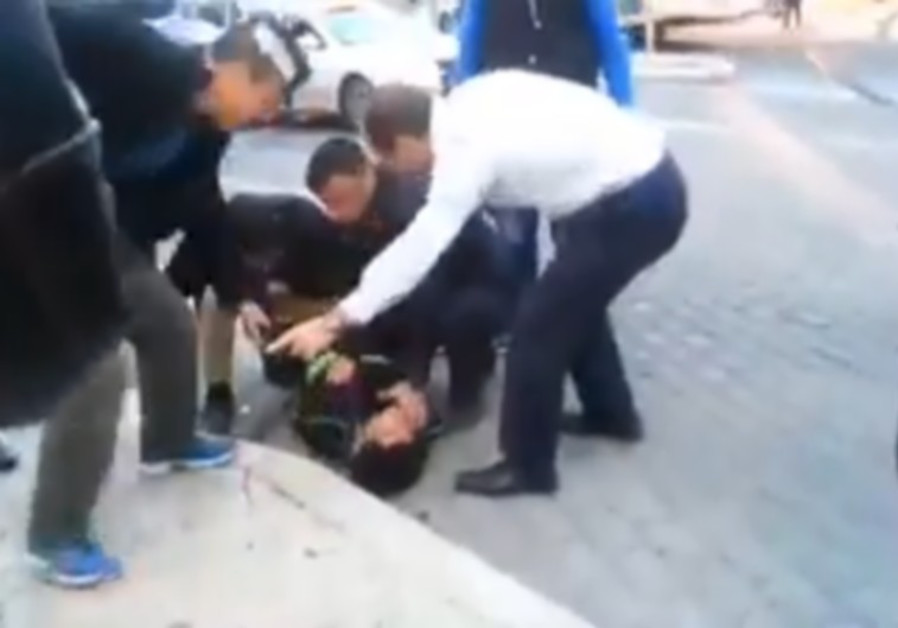 Jerusalem Mayor Nir Barkat and his security guards apprehend a Palestinian terrorist