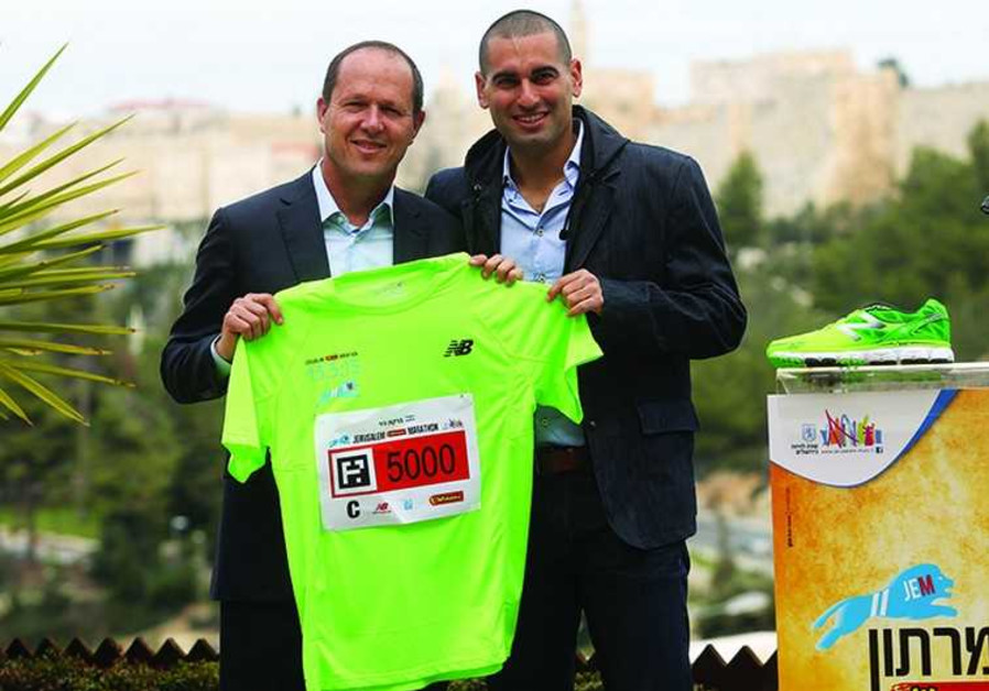 Jerusalem Mayor Nir Barkat (L) and former tennis player Andy Ram