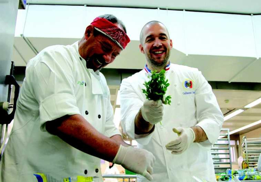 Le chef Guillaume Gomez montre ses recettes aux cuisiniers de l'hopital Petah Tikvah