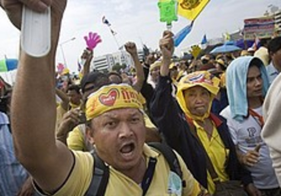 Thailand: 20,000 protesters ring prime minister's office