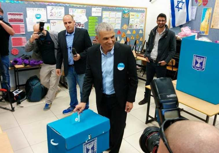 Moshe Kahlon votes at a ballot box in his native Givat Olga