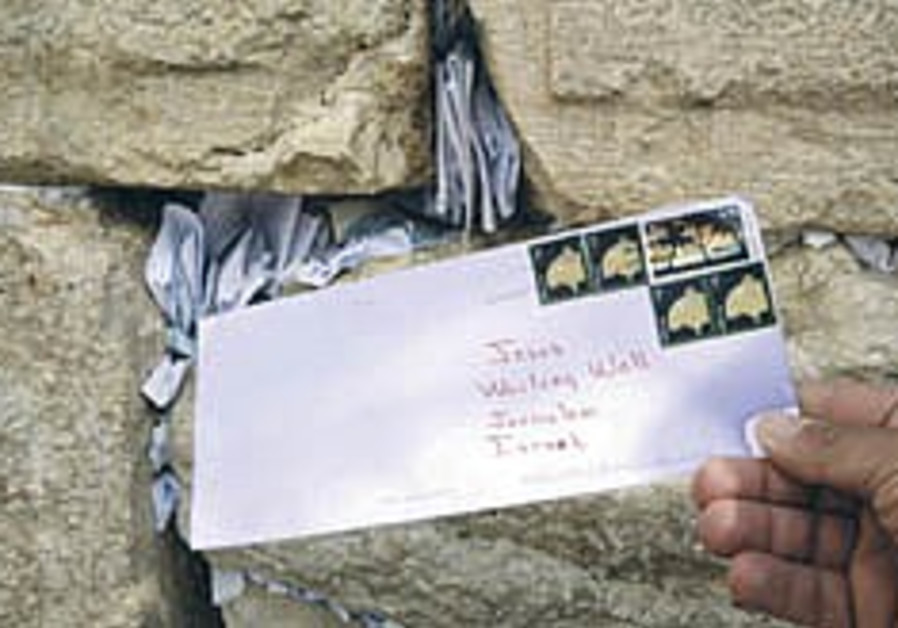 Jerusalem mailmen prepare letters to Heaven for Kotel