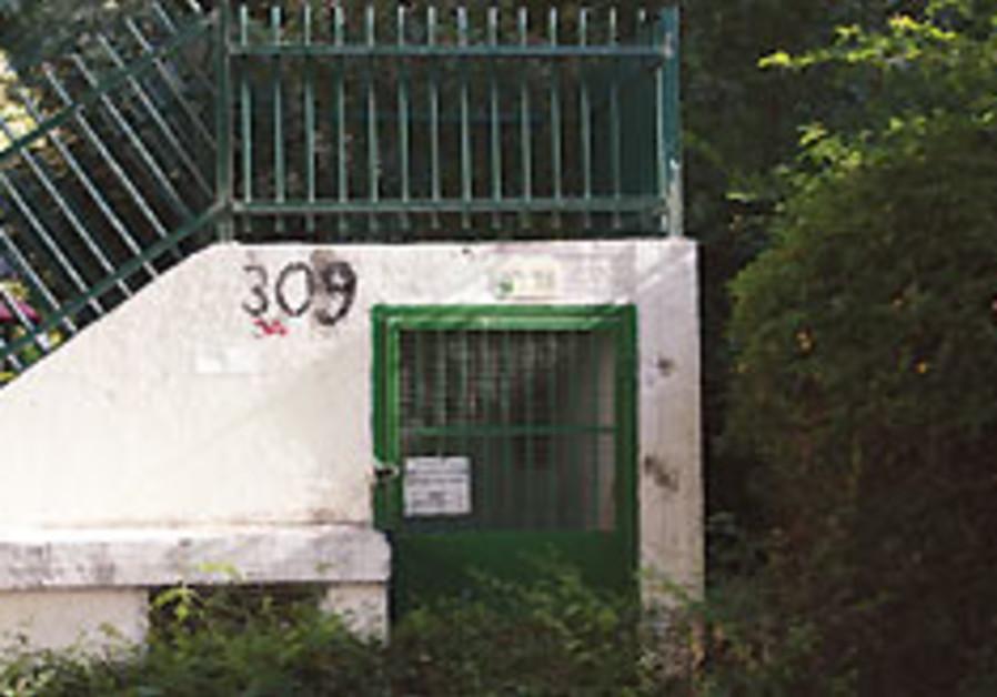 Police hunting Ashkelon bomb shelter vandals