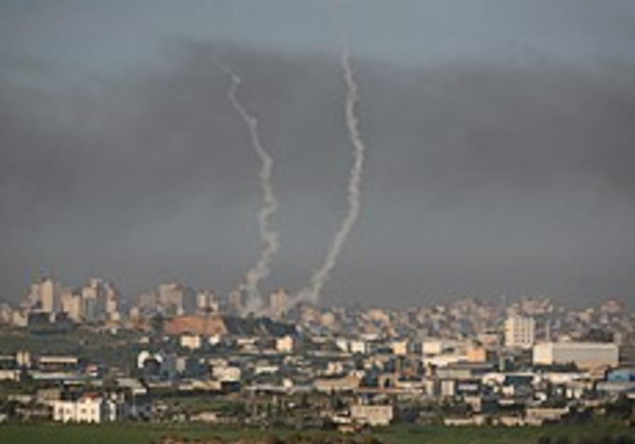 Gaza gunmen shoot at soldiers on fence