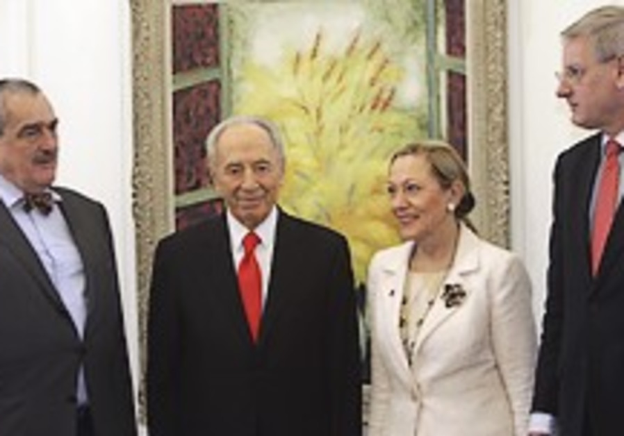 Peres praises South American students who came during war