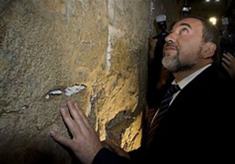 Lieberman makes trip to Western Wall