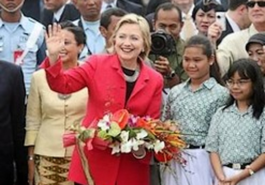 Clinton seeks to improve US image with Muslims