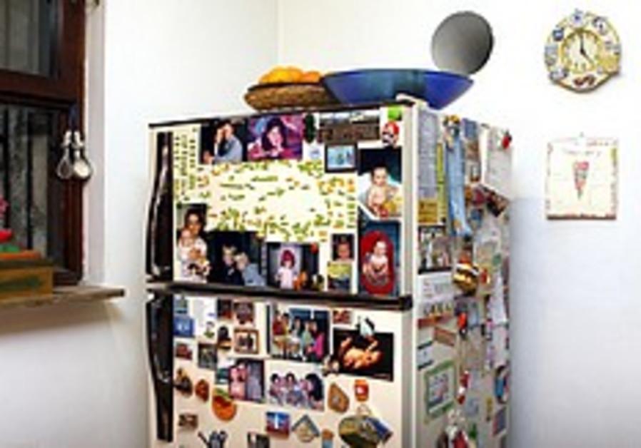 Survey: Israelis post ads, reminders on their fridges
