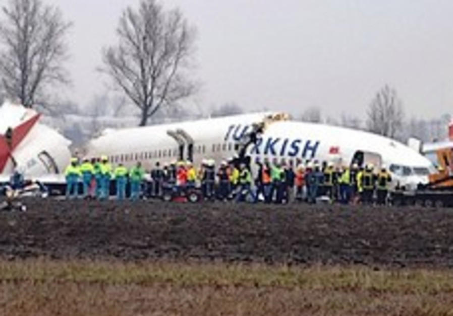 9 killed as plane crashes on landing at Amsterdam