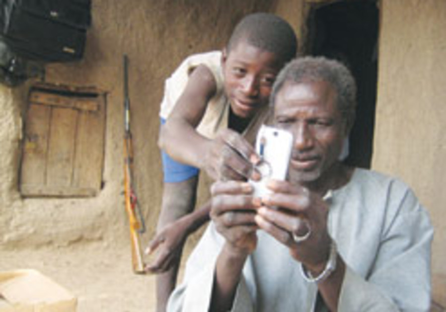 World's poor drive growth in global cellphone use