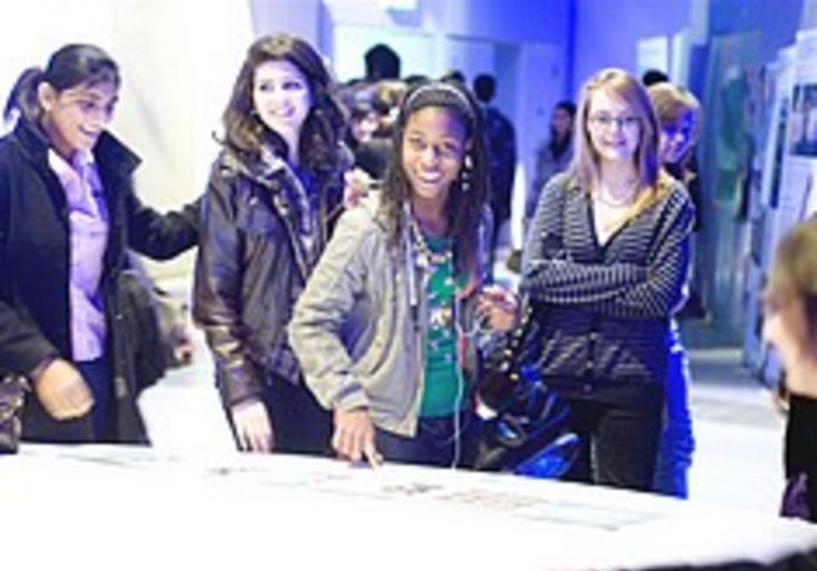 Israeli science seminar draws 1,000 students in London