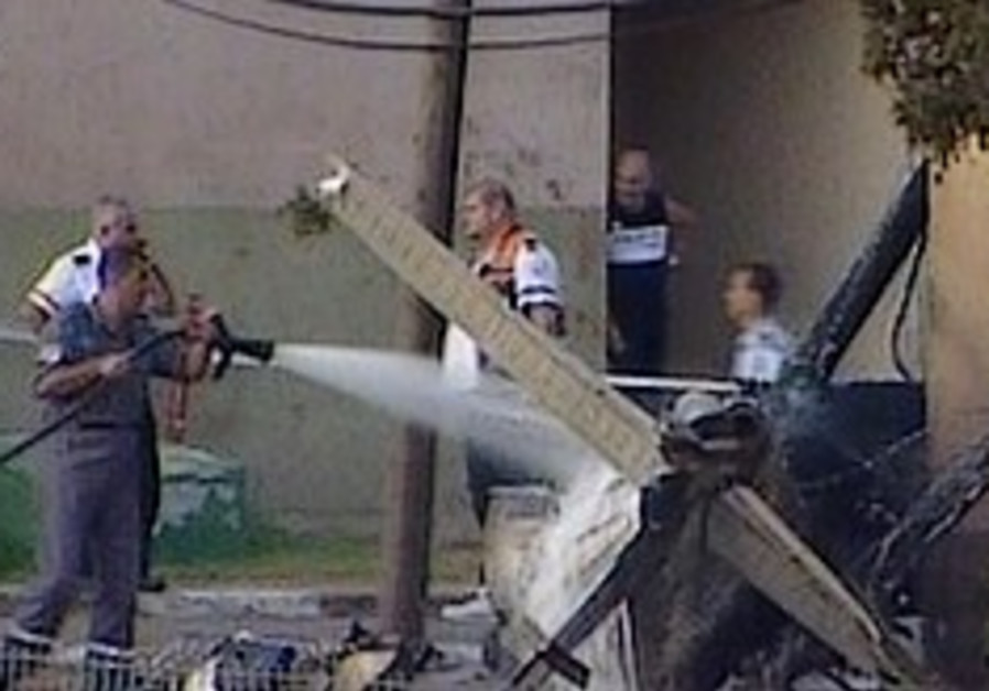 2 hurt as light aircraft hits backyard