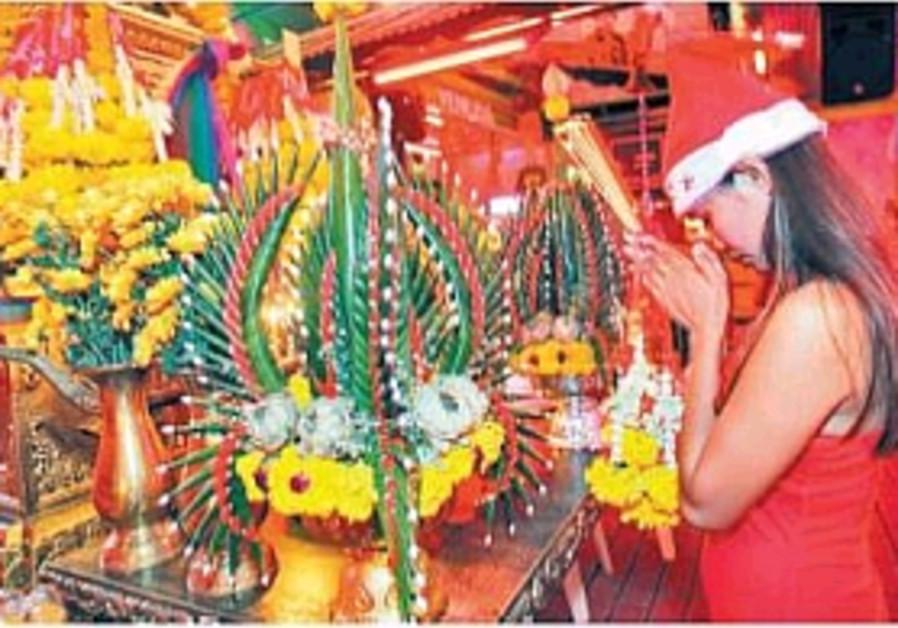 Low-key Thai ceremonies mark tsunami anniversary