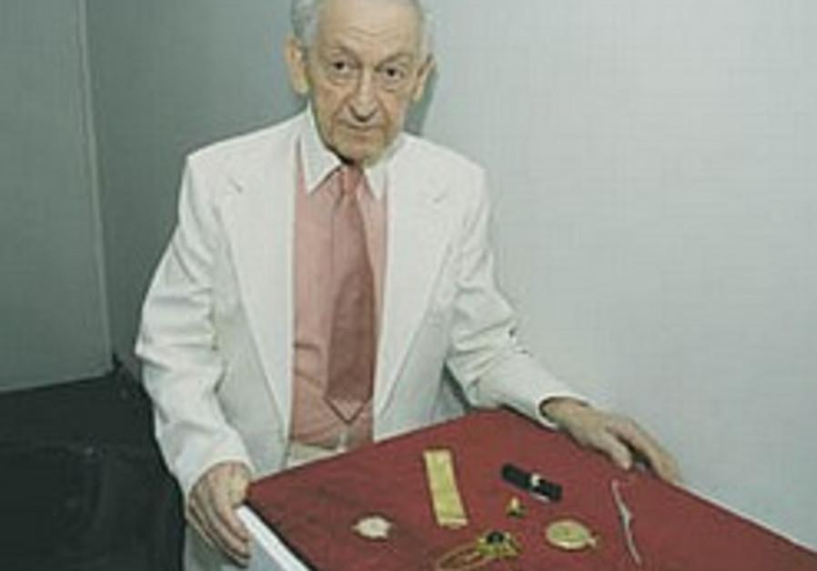 Auschwitz survivor donates jewelry he hid