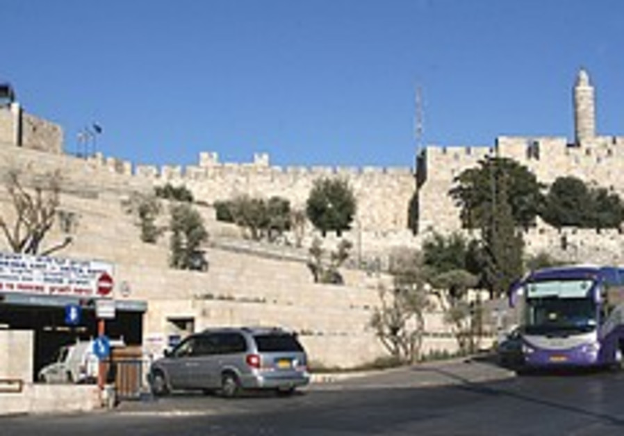 Aharonovitch not ruling out closure of J'lem parking lot