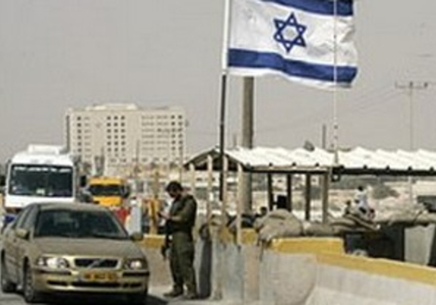 Palestinian carrying pipe bomb shot at Bekaot checkpoint
