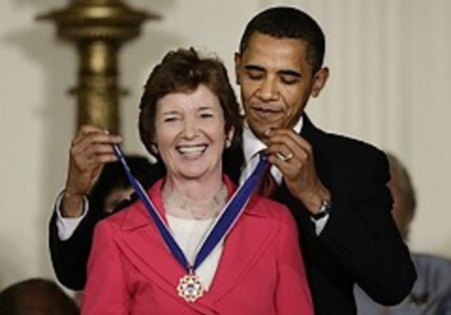 Despite critics, White House honors Robinson