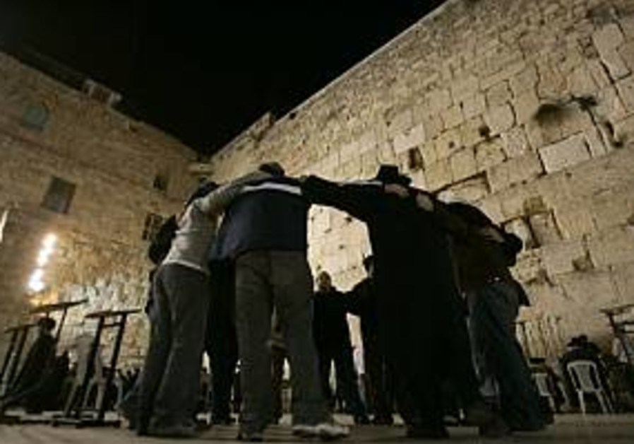 jews huddle at kotel western wall 298