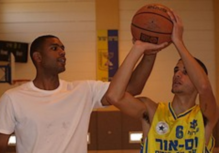 3-time NBA all-star Allan Houston shoots hoops with kids in Sderot