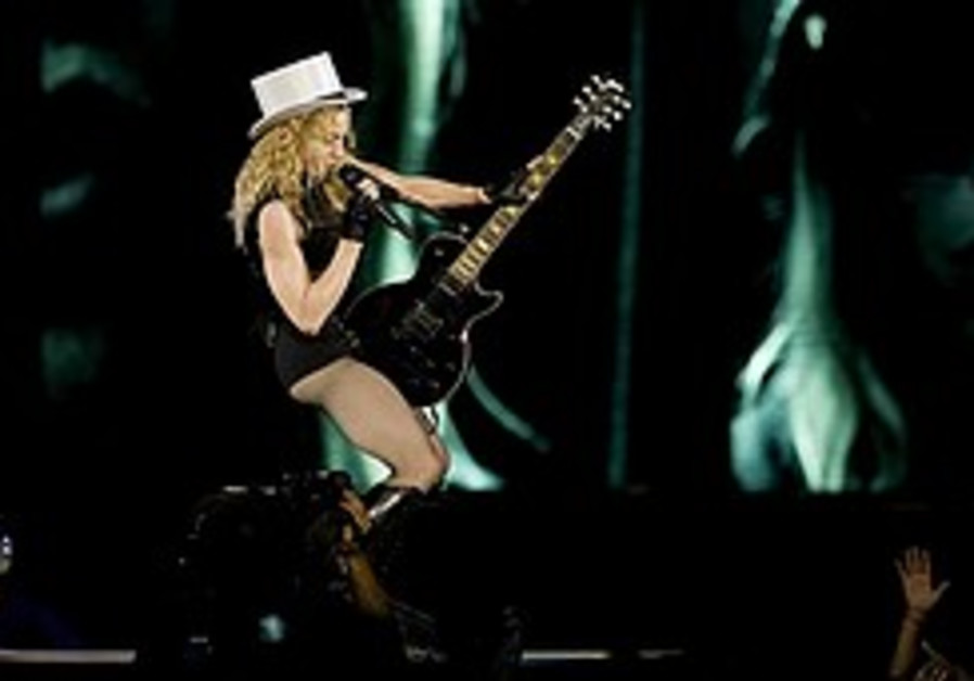 Madonna performs for 50,000 in TA