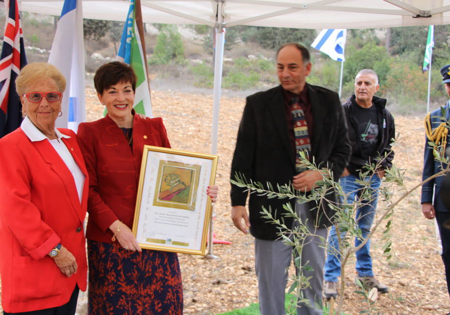 KKL-JNF executives present New Zealand Governor General Dame Patricia Lee Reddy with a commemorative gift