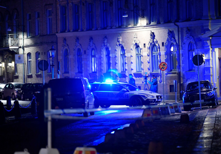 Police is seen at the site of an attack near a synagogue in Gothenburg, Sweden December 9, 2017  / TT NEWS AGENCY/ADAM IHSE/VIA REUTERS