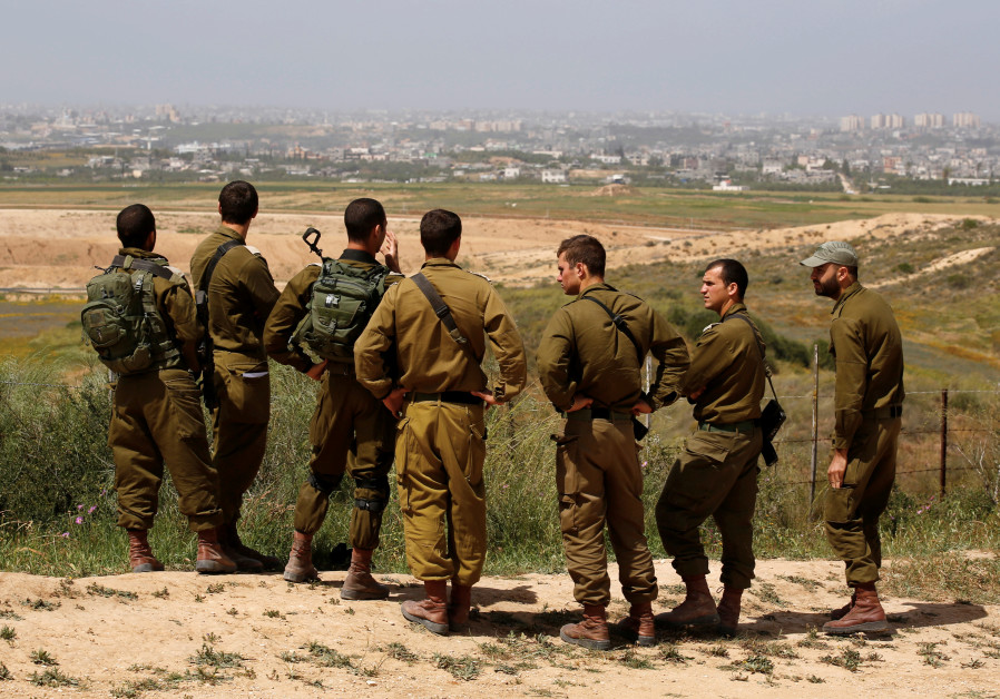 Israeli soldiers listen to a briefing on the Israeli side of the border with the northern Gaza Strip, Israel, March 29, 2018 (AMIR COHEN/REUTERS).