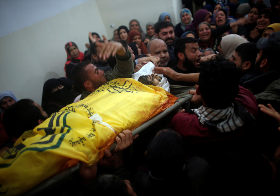 Mourners carry the body of Palestinian Hamdan Abu Amshah, who was killed along Israel border with Gaza, during his funeral in Beit Hanoun town, in the northern Gaza Strip March 31, 2018 (SUHAIB SALEM / REUTERS).