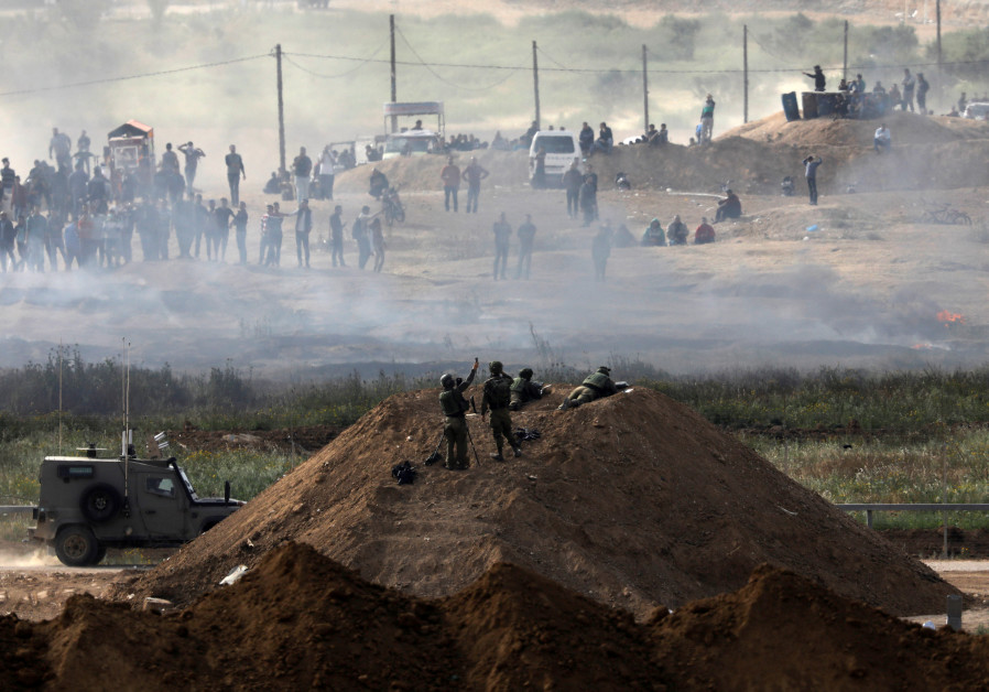 Israeli soldiers are seen next to the border fence on the Israeli side of the Israel-Gaza border, as Palestinians protest on the Gaza side of the border, Israel April 5, 2018. / Amir Cohen Reuters