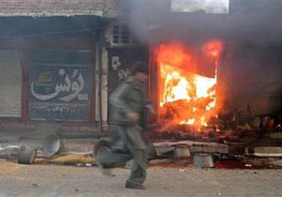 Suicide bombing kills 22 outside court in eastern Pakistan
