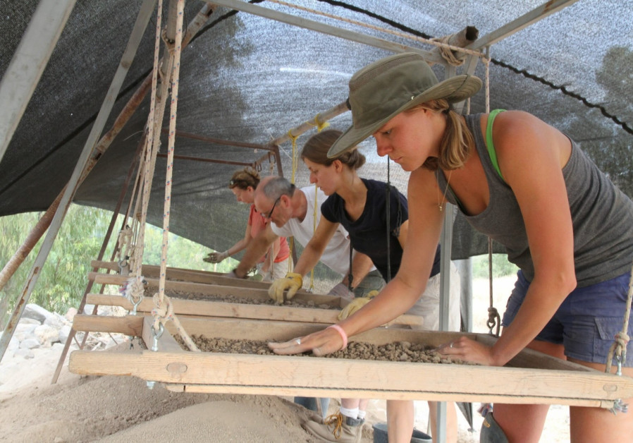 Archaeologists sifting for artifacts at biblical city of Zer (Credit: Hanan Shafir)