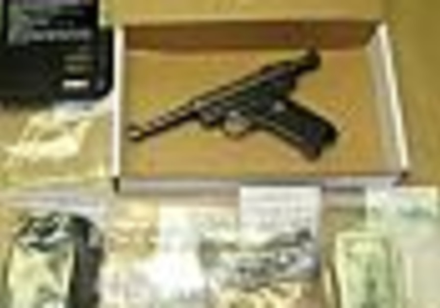 US: Baggage handlers smuggle guns, drugs onto plane