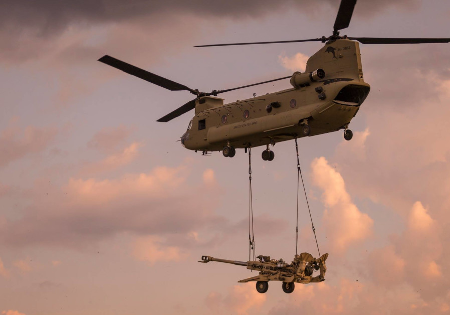Boeing's Chinook Helicopter transporting a Howitzer / BOEING