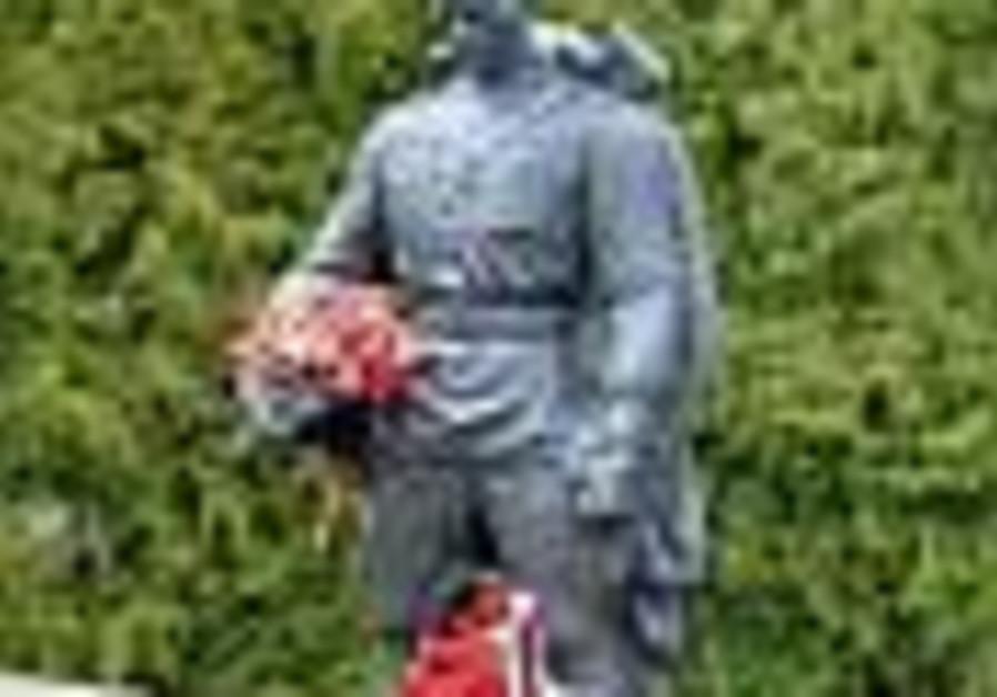 Estonian Jews stone faced in statue fray