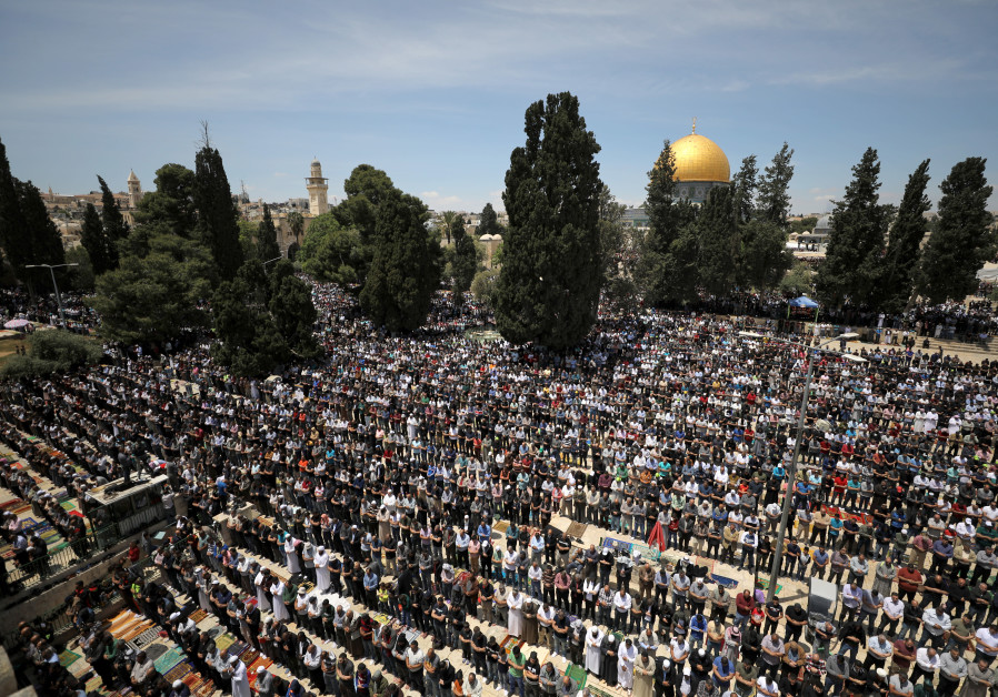 Palestinians pray on the first Friday of the holy fasting month of Ramadan, on the compound known to Muslims as Noble Sanctuary and to Jews as Temple Mount, in Jerusalem's Old City May 10, 2019. / AMMAR AWAD / REUTERS