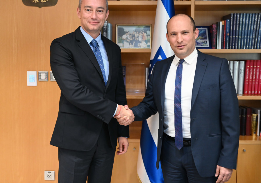 Israeli Defense Minister Naftali Bennett (R) meets with UN Special Coordinator for the Middle East Peace Process, Nickolay Mladenov, November 27, 2019 (photo credit: ARIEL HERMONI / DEFENSE MINISTRY)