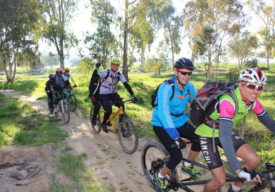Tandem bike ride for sighted and visually impaired cyclists in Nahal Gerar-Sharsheret Park. By: Yoav Devir, KKL-JNF