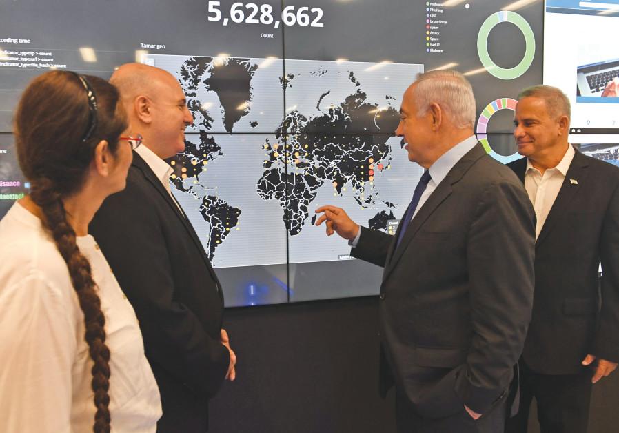 «CENTRALE TECHNOLOGIQUE»: le Premier ministre Benjamin Netanyahu visite le CERT national (équipe d'intervention en cas d'urgence informatique) dans un cyber parc à Beer Sheva. (Kobi Gideon / GPO)
