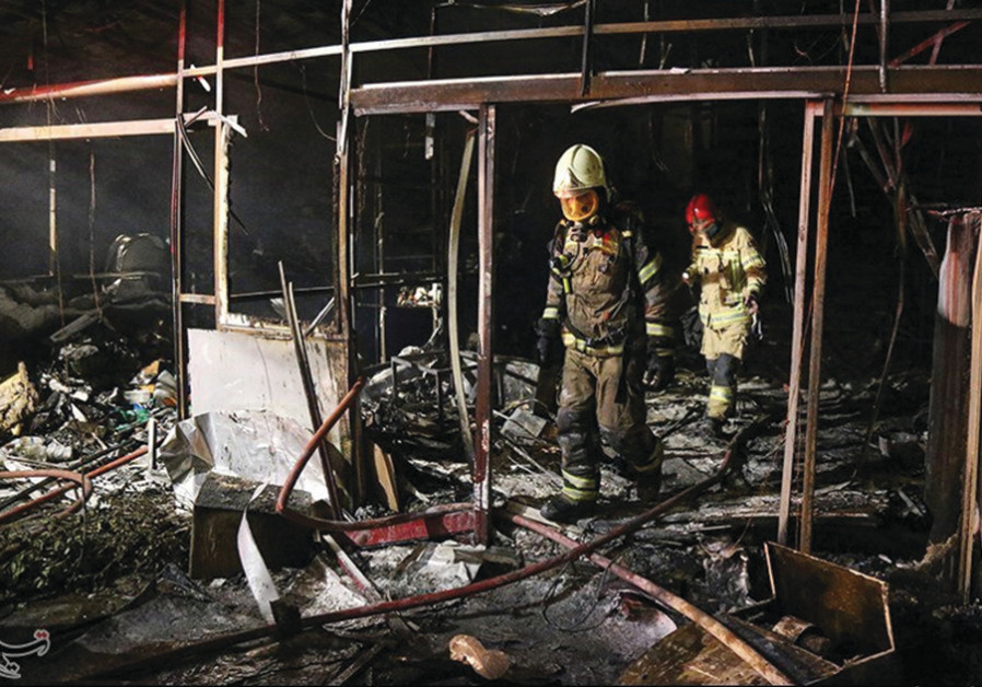 Les pompiers inspectent le site d'une explosion, due selon les médias iraniens à une fuite de gaz, dans une clinique médicale de Téhéran le 30 juin (Agence de presse Tasnim / Document via Reuters)