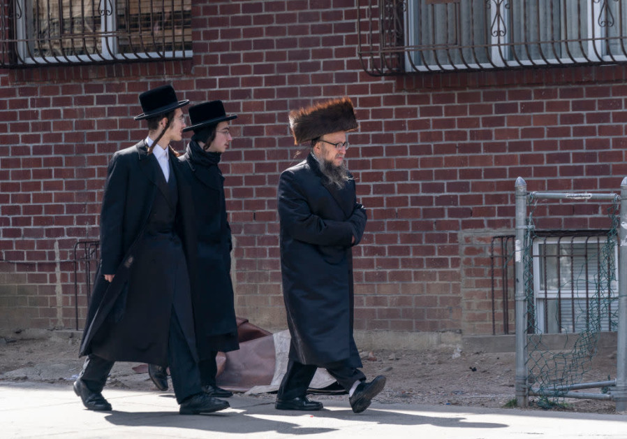 Pria Yahudi Satmar berjalan di lingkungan Brooklyn / LEV RADIN / PASIFIC PRESS / LIGHTROCKET VIA GETTY IMAGES