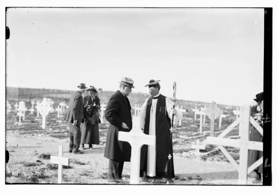 Churchill dengan Uskup MacInnes dari Yerusalem pada upacara peringatan di Mt. Pemakaman Militer Scopus, 26 Maret 1921 (American Colony Photo Dept. / Library of Congress)