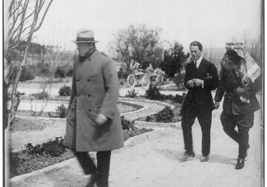 Winston Churchill, TE Lawrence dan Emir Abdullah berjalan di taman Government House di Yerusalem, 1921 (G. Eric Matson / Library of Congress)