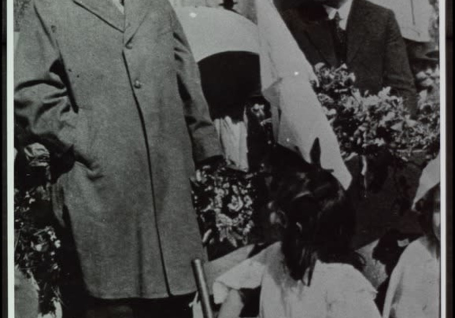 Walikota Meir Dizengoff (belakang kanan) mendengarkan Winston Churchill berbicara di Dewan Kota Tel Aviv di Rothschild Boulevard, 1921. Dari Koleksi Fotografi Nasional Keluarga Pritzker di Perpustakaan Nasional Israel