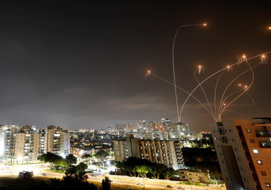 Lichtstralen worden gezien als het Israëlische Iron Dome-antiraketsysteem raketten onderschept die vanuit de Gazastrook richting Israël worden gelanceerd, gezien vanuit Ashkelon, Israël, 10 mei 2021. (Amir Cohen / Reuters)