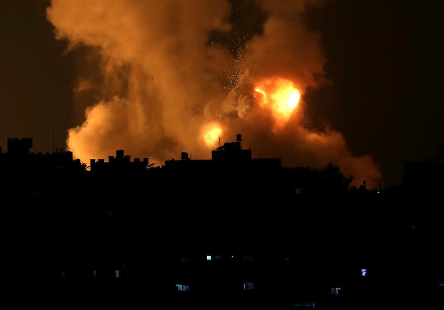 De vlammen stijgen op na een Israëlische luchtaanval te midden van een oplaaiende Israëlisch-Palestijnse gewelddadigheid, in de zuidelijke Gazastrook op 10 mei 2021. (Ibraheem Abu Mustafa / Reuters)